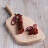 chorizo dulce en pieza, mostrando el corte sobre tabla de madera