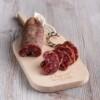 Llonganissa de Pagès pieza, se muestra el corte sobre tabla de madera de haya
