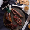 lomito iberico, secallona, confitura, crackers y vino. Cuchillo de nacar.