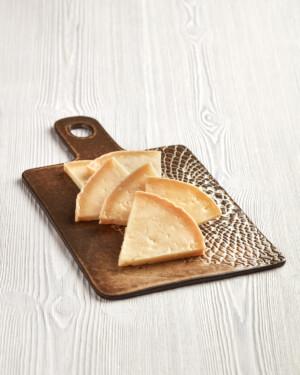 queso madurado de cabra cortado